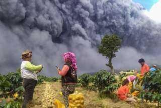 بركان جبل سينابونج في إندونيسيا يغضب للمرة الثالثة خلال أسبوع