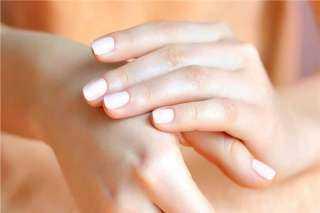 للسيدات.. وصفة طبيعية للتخلص من تجاعيد اليدين