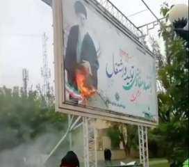 """موقع """"إيران إنترناشيونال"""" ينشر مقطع فديو أحرق خلاله المتظاهرون صورة علي خامنئي"""