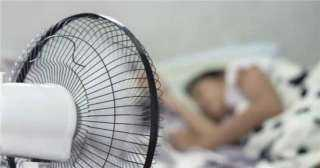 أضرار النوم تحت المروحة :جفاف الخلق وتهيج العينين