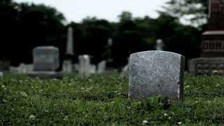 مفاجأة صادمة | الجثث تتحرك بعد دفنها بالقبور.. تفاصيل