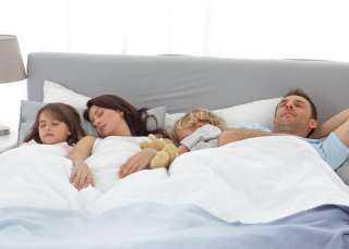 مدى تأثير العلاقة الجنسية بين الأبوين على الطفل..خطورة نوم الطفل مع والديه