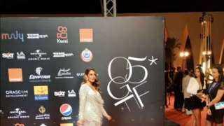 زوجة أحمد الفيشاوي تقبله على «ريد كاربت» مهرجان الجونة (صور)